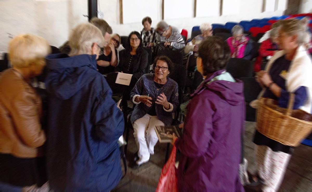 Författaren Sigrid Combüchen mitt i publiken på Bokdagar i Dalsland