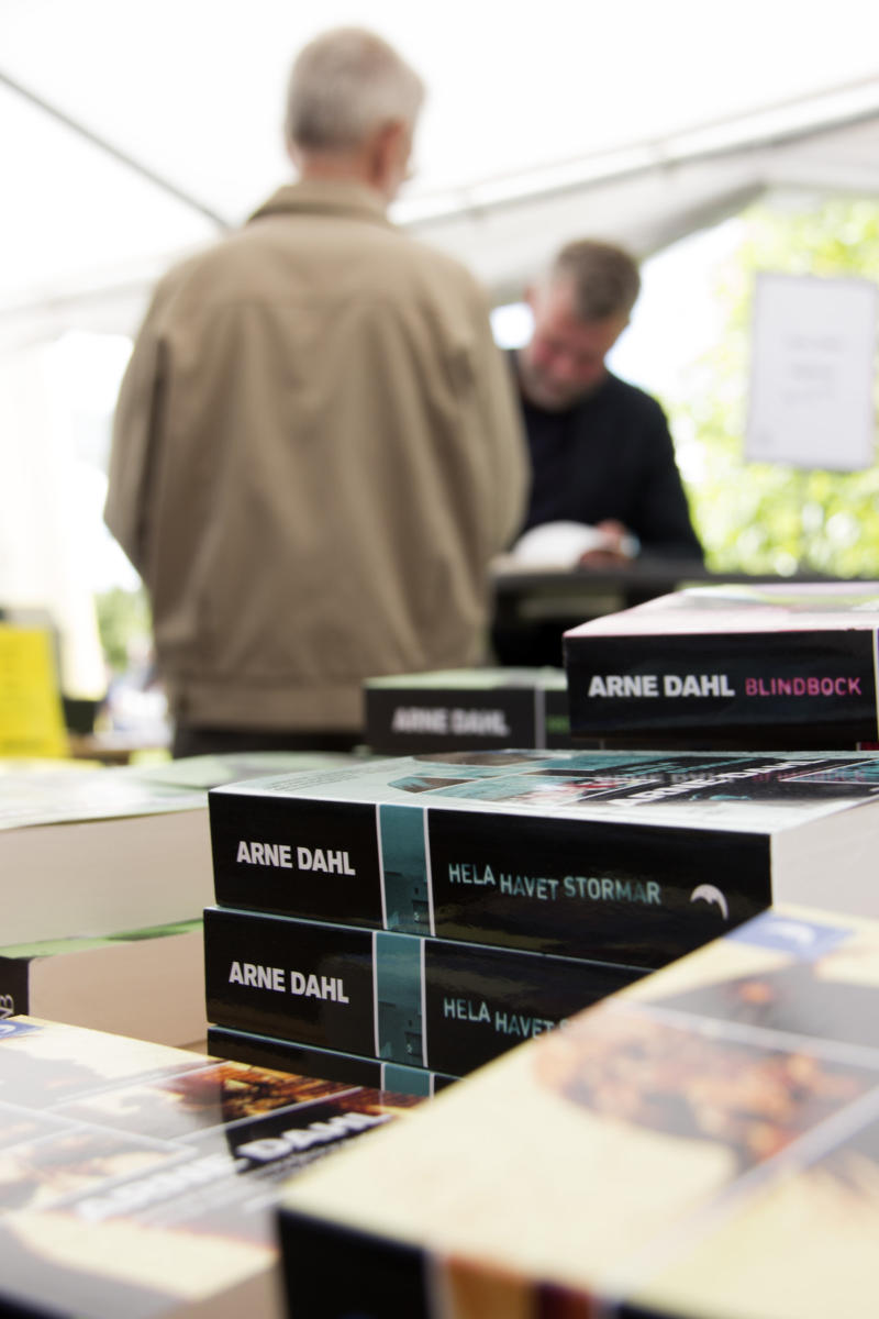 Arne Dahl signerar